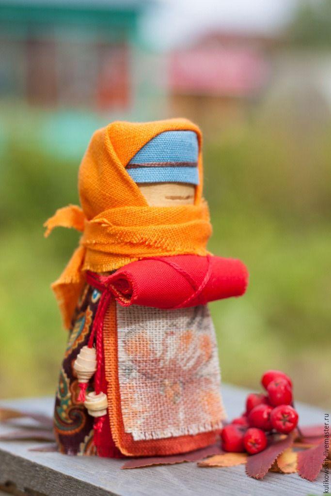 Береста — традиционный материал для изготовления русских народных кукол. Мягкая, податливая, пластичная, работать с ней — одно удовольствие. Для основы своих кукол я часто использую берестяные скрутки. Одна из моих любимых кукол на бересте — маленькая Берестушка. Эта малышка призвана хранить покой и благополучие дома. Обычно такую куколку ребенку дарила бабушка, поэтому еще ее называют Бабушкина кукла.