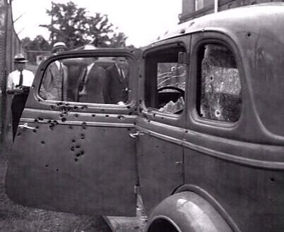 El coche de Bonnie & Clyde después de que fueran asesinados, 1934