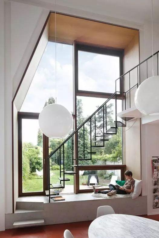 Leggere sotto scala finestra vetro