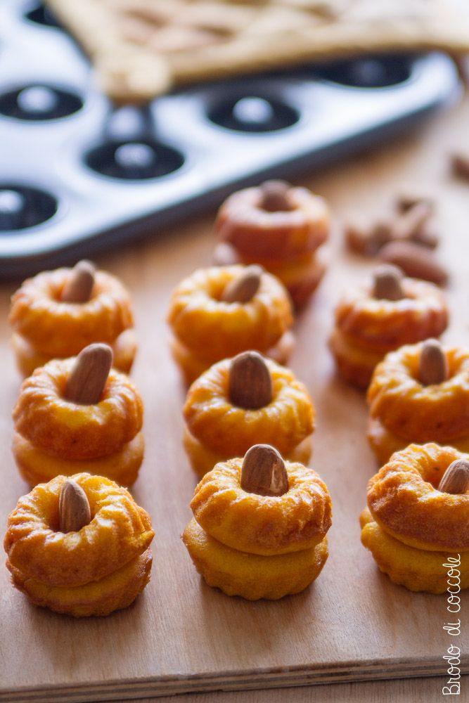 Ricetta per ciambelline alla zucca. Unite a due a due con un po' di glassa sembreranno delle piccole zucche. Perfette per Halloween e per l'autunno.  #zucca #mandorle #brododicoccole