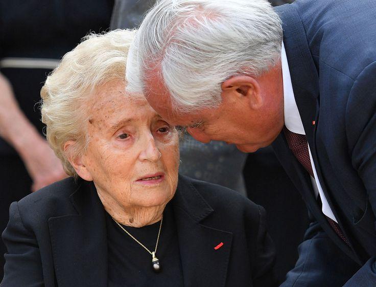 La cérémonie d'hommage à Simone Veil, ce mercredi 5 juillet, dans la cour d'honneur des Invalides a réuni la quasi-intégralité de la classe politique. Absent de marque, Jacques Chirac, trop affaibli pour s'y rendre ; à contrario son épouse Bernadette Chirac y a fait sa première apparition publique depuis huit mois, très fatiguée elle aussi.