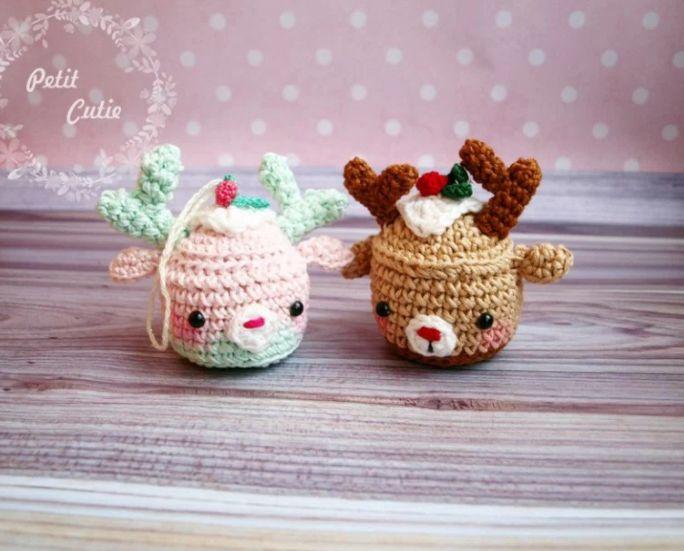 Kijk wat ik gevonden heb op Freubelweb.nl: een gratis haakpatroon van Amigurumi Today om deze leuke rendier cupcakejes te maken https://www.freubelweb.nl/freubel-zelf/gratis-haakpatroon-rendiertjes/