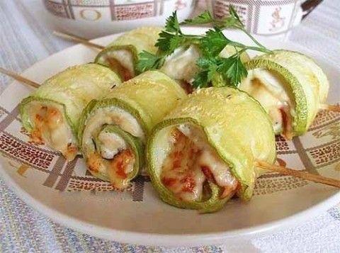 Ингредиенты:  молодые кабачки (или цуккини) - 2 шт.; филе куриной грудки - 1 шт.; чеснок - 2 зубчика; сыр твердый - 50 г; готовый соус из паприки (не острый); несколько листиков базилика; соль, черны…