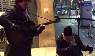 Αuto  Planet Stars: Ένας άστεγος άνδρας ρώτησε έναν μουσικό του δρόμου...