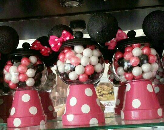 """Minnie Mouse es la """"ratoncita"""" más admirada por las pequeñas, y por las mamás sobretodo que eligen esta temática de fiesta para los primeros años de las pequeñas. Encontré muchas imágen…"""