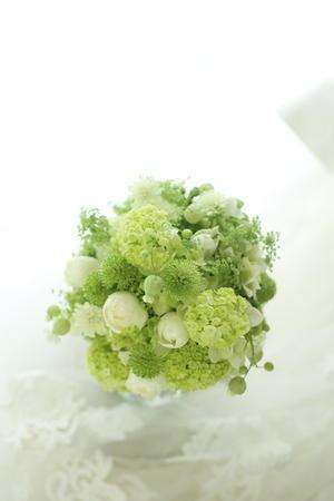 クラッチブーケ 緑と小石 ステラート様へ : 一会 ウエディングの花