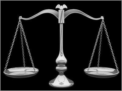 La balance constitue sans doute le symbole le plus ancien de la fonction de juger. Elle est par exemple présentée dans plusieurs mythologies antiques comme un moyen de peser les âmes après la mort pour déterminer la valeur d'un individu. La balance fait référence à l'idée d'équilibre et de mesure.