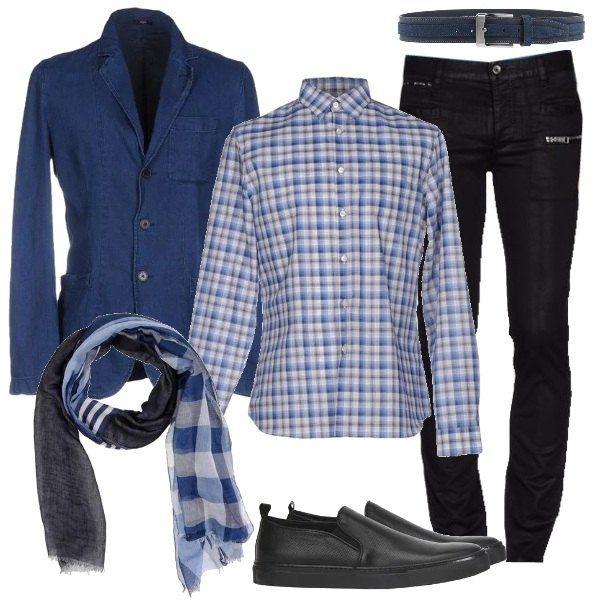 Una versione personalizzata dell'abbigliamento elegante: la giacca è in denim, tre bottoni, la camicia è a fantasia scozzese, sui toni del blu, i pantaloni sono cinque tasche, elasticizzati e con applicazioni di pelle, le scarpe sono sneakers di pelle. Completano l'outfit una sciarpa di cotone fantasia e una cintura di pelle blu.