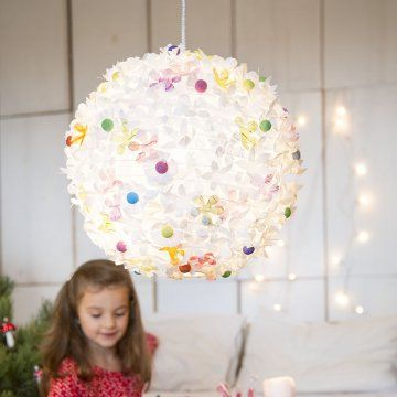Boule chinoise en papier décorée de fleurs en papier découpé et cotillons peints / Ball of paper flowers