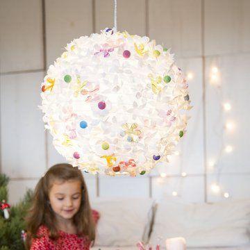 Boule chinoise en papier décorée de fleurs en papier découpé et cotillons peints