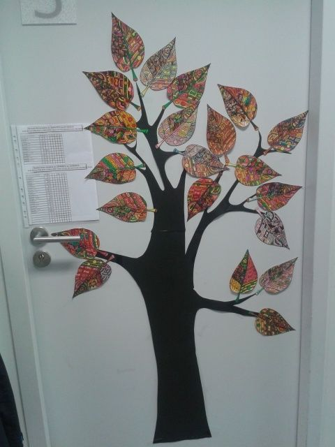 Première décoration de porte collective: l'arbre d'automne. J'ai dessiné une forme de tronc et de branches dans du papier affiche noir. Puis j'ai dessiné une feuille façon zentangle sur une page A4. Je l'ai réduite en A5 et j'en ai distribué une à chacun...