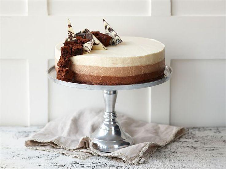 Kolmen suklaan juustokakku on kahvipöydän kuningatar. Kakku sopii monenlaisiin juhliin ja on näyttävä sellaisenaan ilman monimutkaisia koristeita. http://www.valio.fi/reseptit/kolmen-suklaan-juustokakku-2/