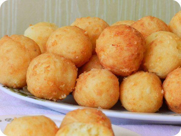 Такие пончики пойдут и как красивый праздничный гарнир, и как горячая закуска для вечеринки. Готовить лучше непосредственно перед подачей.