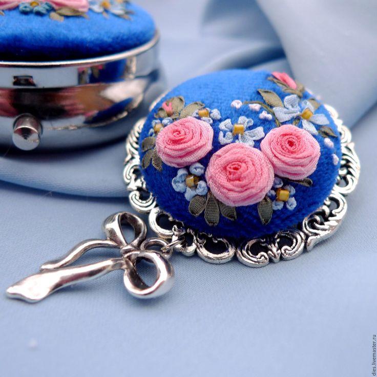 Купить Сет из броши и коробочки с вышивкой Вдыхая розы аромат - синий, розы и незабудки