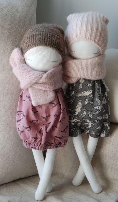 """Adorable pareja de muñecas - """"so cute"""" Y bien abrigadas para el frío."""