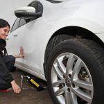 Tips+Otomotif+ +Mengganti+Ban+Mobil+Untuk+Wanita