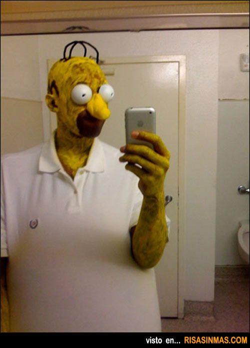 Homer Simpson haciéndose la foto para el Facebook.