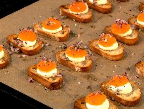 Crostini med citronkräm, löjrom och finskuren rödlök | Recept.nu