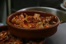 Aprende a preparar orejas de cerdo en salsa de tomate un poco picante con esta rica y fácil receta. Primero hay que limpiar las orejas, para esto: Ábrelas un poco y...