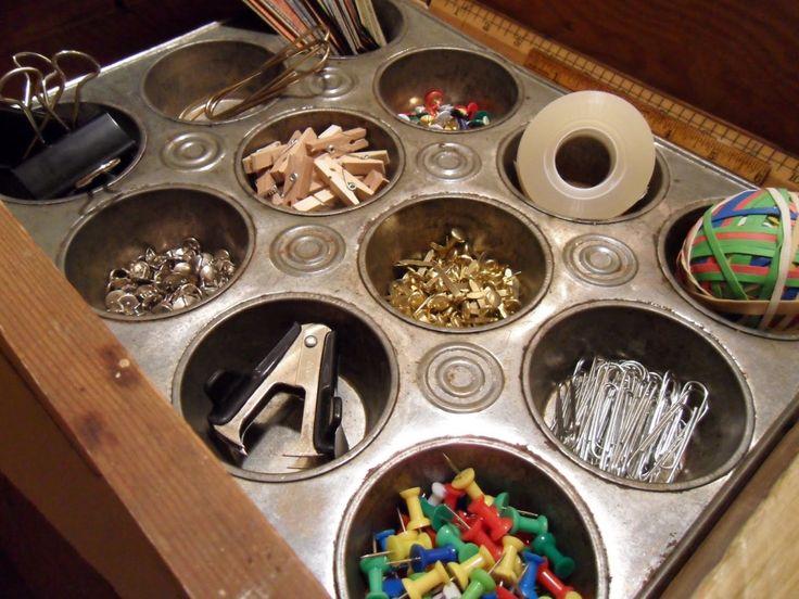 Формы для выпечки идеальны для хранения мелких канцелярских предметов