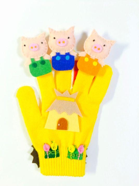 こちらは、ご予約品となっておりますので、他の方は注文なさらないようお願い致します。三匹の子ぶたの手袋シアター♪三匹の〜子ぶたの一匹が〜一匹が〜わら(木、レンガ)のおうちを作った〜作った〜トントントン  トントントンおおかみやってきた〜ガオ〜フーっと吹いた...