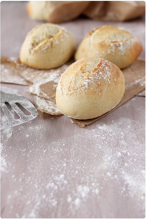 Voici de délicieux petits pains qui seront parfaits pour vos sandwichs. La croûte est souple, plus adaptée donc pour mordre dedans à pleines dents !Vous p