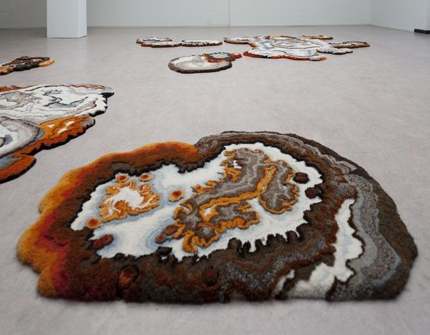 A inspiração para a criação das belas peças da artista holandesa Lizan Freijsen não poderia ser mais inusitada. Ela é fascinada pelo universo dos fungos e se intriga com nossa tentativa de tentar deter as manchas de umidade criadas por eles.