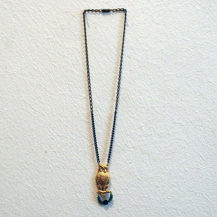 Collar Búho. Búho de latón en acabado brillante con cristales facetados y cadena de latón en dos tonos, pavón y bronce antiguo.  Disponible en: www.conspiradoras.bigcartel.com