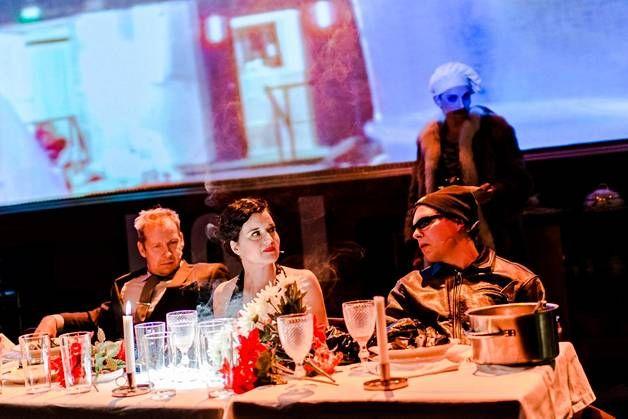 Niko Saarelan (vas.), Vilma Melasniemen ja Eero Milonoffin hahmot ovat näytelmässä samaa sukua.