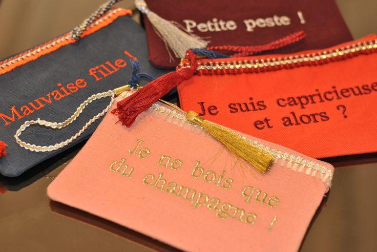 """Pochettes Petite Mendigote à messages: """"Petite Peste!"""" - """"Mauvaise fille!"""" - """"Je suis capricieuse, et alors?"""" - """"Je ne bois que du champagne!"""" - """"Attachiante"""" - """"Emmerdeuse forever"""""""