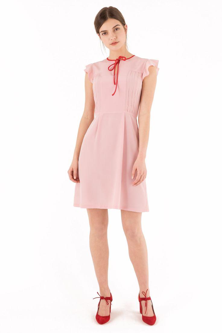 Uno sguardo ai colori tenui della costa azzurra. Il rosa dei tramonti, i fiori profumati. Abito corto in preziosa seta. Il dettaglio che ci fa battere il cuore: il nastro sullo scollo per fare un delizioso fiocco. Disponibile in rosa con fiocco rosso o con una deliziosa stampa di fiorellini rossi su fondo bianco con fiocco blu. Composizione: 100% seta. Lavare a secco. Lunghezza: 95 cm. La modella indossa la taglia 40/XS. Fatto con cura in Italia.