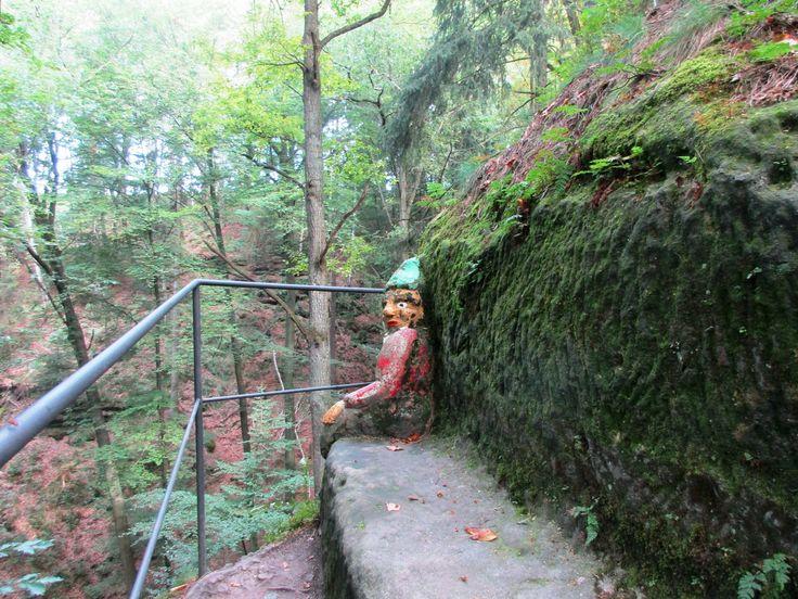 Sedící trpaslík - Trpasličí skála u Rynartic - severní Čechy