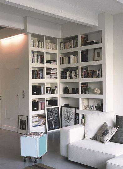 Une bibliothèque d'angle pour optimiser l'espace - 10 bibliothèques pour ranger ses livres - CôtéMaison.fr