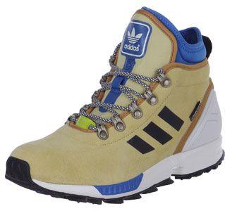 Der Adidas ZX Flux Winter Schuh könnte der Sohn eines Outdoor-Boots und eines stylischen Sneakers sein - denn er kommt im Look des ZX Flux, wurde aber mit wintertauglichen Extras gepimpt! Dazu gehört ein wetterfestes Suede-Upper in Beige sowie eine besonders griffige Laufsohle. Die Bergsteiger-Laces kommen mit der passenden Schnürung und geben dem sportlichen Treter einen outdoormäßigen Style mit auf den Weg.Apropos sportlich: die dämpfende Torsion-Technologie, der Fersenstabilisator und…