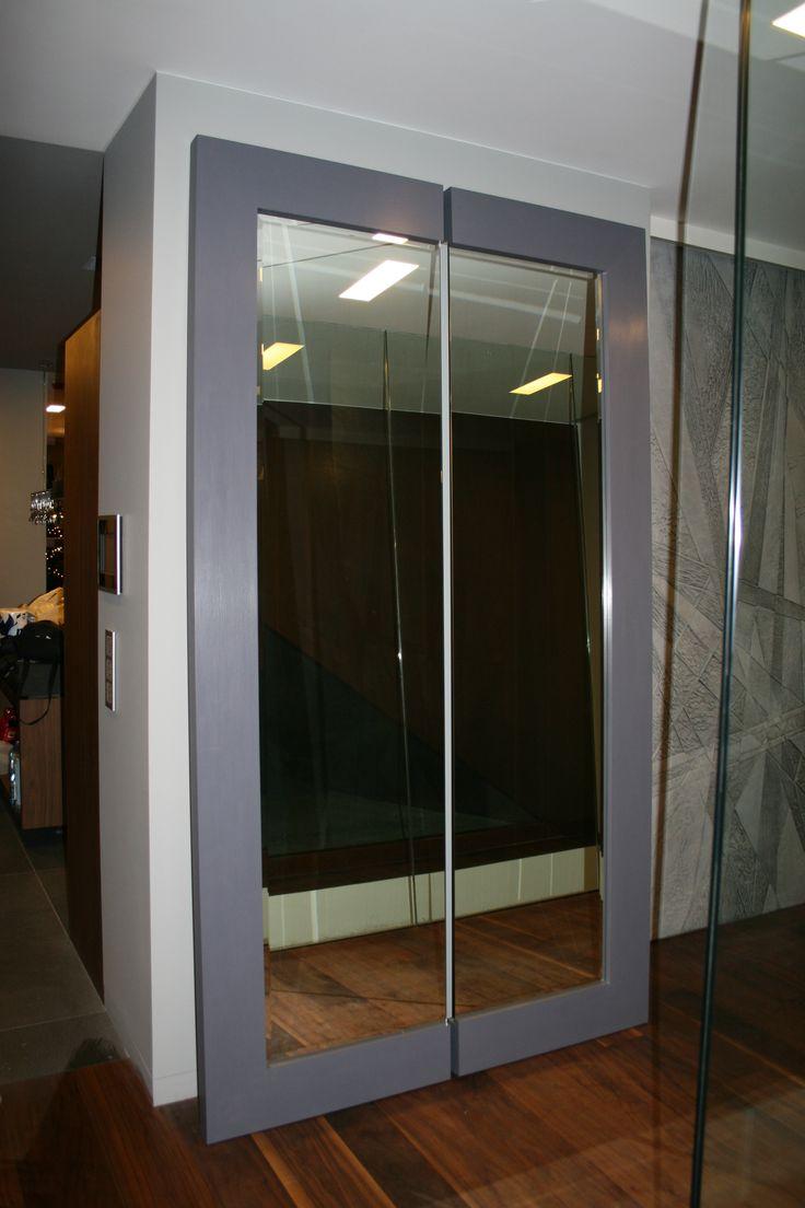 Niestandardowe lustro, tafla szkła razem z ramą została przecięta tak by uzyskać ciekawszy efekt lustra. Wyjątkowa forma oprawy lustra prezentuje się bardzo ciekawie. Szeroka rama lustra, kolor i faktura profilu owocuje cudownym meblem. Pomysł na  niestandardowe lustro do przedpokoju!