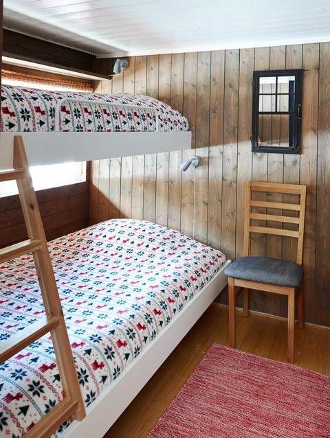 AFTER: På dette soverommet malte Yvonne køyesengene med eggehvit og veggene på soverommet ble beiset med Gjøco Interiørbeis 9098, værbitt. Det er ingen dum idé å male karmene på sengene dersom du ønsker en mer moderne stil. (FOTO: Sveinung Bråthen)   LEV LANDLIG