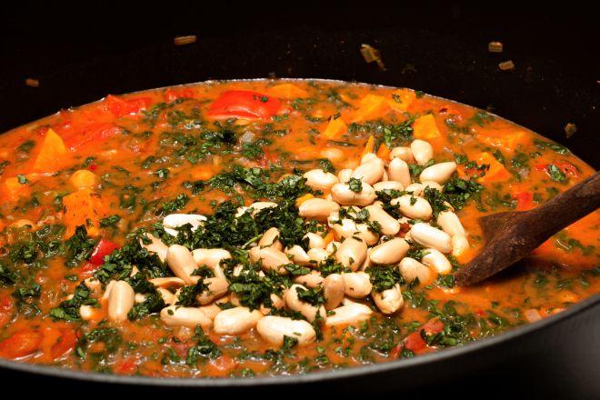 Afrikanischer Süßkartoffeleintopf mit Spinat und Erdnüssen