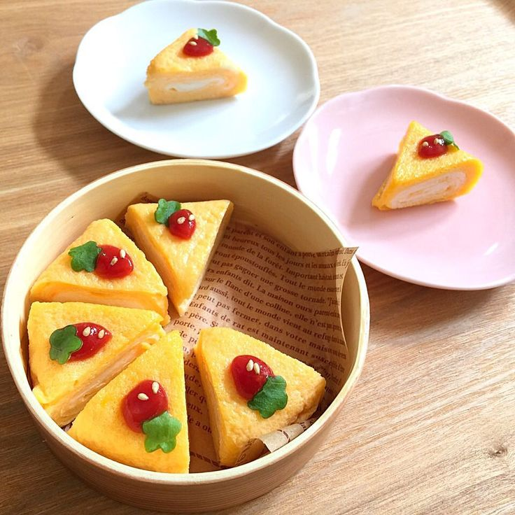 卵焼きケーキをご存知でしょうか。柔らかそうでふわふわな見ためがまるでケーキのような卵焼きなんです。そんな卵焼きケーキがかわいいといま話題になっているんです。今回は、インスタなどで注目の卵焼きケーキの作り方やアレンジレシピをご紹介します。