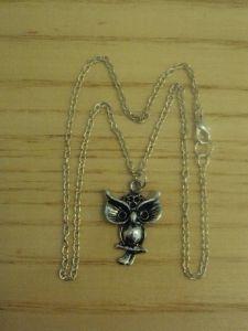 4,80€/kpl + toimituskulut. www.urielkorut.com  Isosilmäinen pöllö kaulakoru. Koru Tiibetin hopeaa ja koko noin 2,7cm * 1,7cm.  Nikkelittömän ketjun voit valita kahdesta vaihtoehdosta: 40cm tai 50cm.