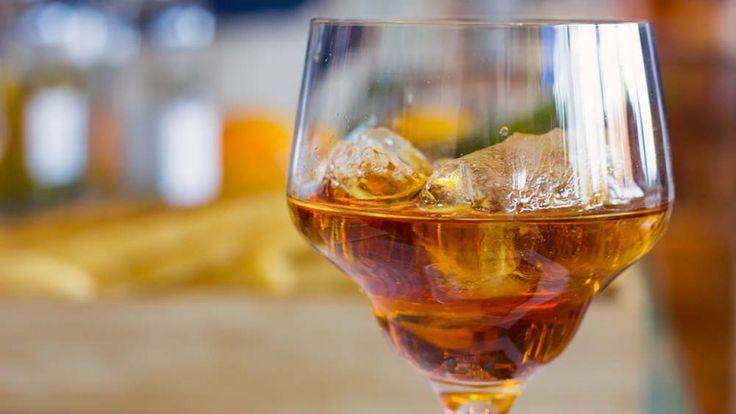 Aperitivo ricetta alcoliche facili e veloci, vermouth rosso con acqua tonica