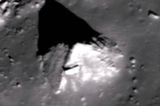 Уфологи обнаружили на Луне древнюю пирамиду http://actualnews.org/nauka/180794-ufologi-obnaruzhili-na-lune-drevnyuyu-piramidu.html  При изучении фотографий Луны уфологи обнаружили на спутнике древнюю пирамиду. Видеозапись с находкой они опубликовали в видеохостинге YouTube.