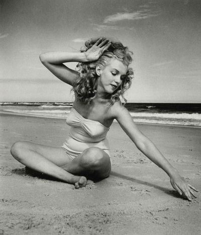 What!!?? Marilyn Monroe had long curly hair??!!  I love this on her....she looks so sweet