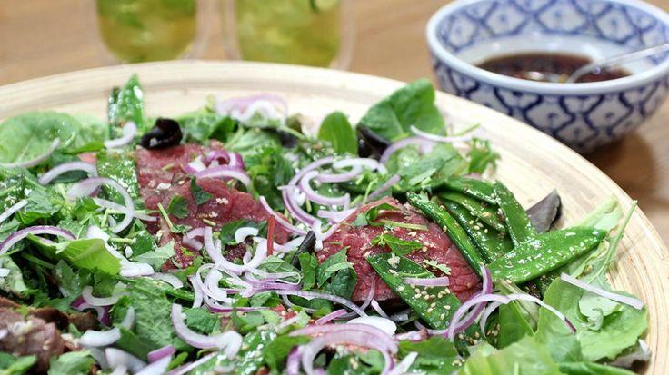 Thaise salade met rundsvlees, sesamzaad en sluimererwten | VTM Koken