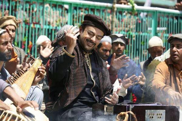 Adnan Sami delights the audience with his marvellous and enchanting rendition of #BhardoJholi in Bajrangi Bhaijaan. Discover the full story on Taazi.com. #Taazi #Blog #AdnanSamiKhan #Qawwali #SalmanKhan #BajrangiBhaijaan