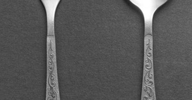 Información sobre el valor de los cubiertos enchapados en plata y de plata fina. Los coleccionistas de antigüedades se refieren a los tenedores y cucharas como cubertería. La cubertería de plata se remonta al siglo XVI, mientras que las piezas enchapadas en plata llegaron con el advenimiento de nuevas técnicas de plateado en la década de 1740. Con frecuencia no hay una diferencia ostensible entre las piezas de plata fina y las ...