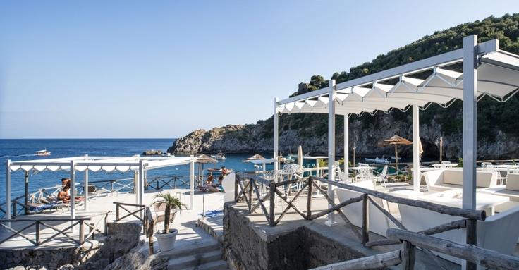 Pergole pentru terase pe plaja, pergole retractabile FLY pentru restaurante si terase bar.