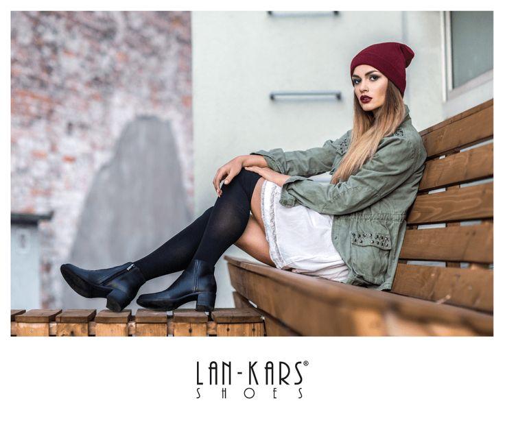 Klasyczne czarne botki. Idealne na jesień!  #shoes #lankars #model #girl #woman #makeup #autumn #fall #photoshoot #outdoor #bench #wood #beanie #hat #black #leather #boots #dress #industrial #style #fashion #casual #beautiful