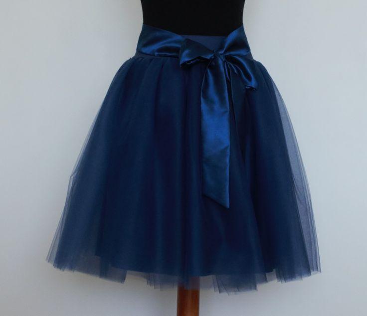 Tylová+FRENCH+NAVY+Tylová+sukně+z+řaseného+tylu.Celková+délka+sukně+60cm.+V+pase+pružný+úplet+vysoký+6cm.+Pas+se+natáhne+od+64cm+až+na+105cm.+Sukně+je+vypodšívkovaná+podšívkou+v+barvě+tylu.+Sukni+můžete+nosit+se+saténovou+stuhou,+nebo+ji+také+použít+jako+spodničku+pod+padésátkovou+sukni.+Pokud+chcete+sukýnku+v+jiné+barvě+či+délce,+napište+a+určitě+se...