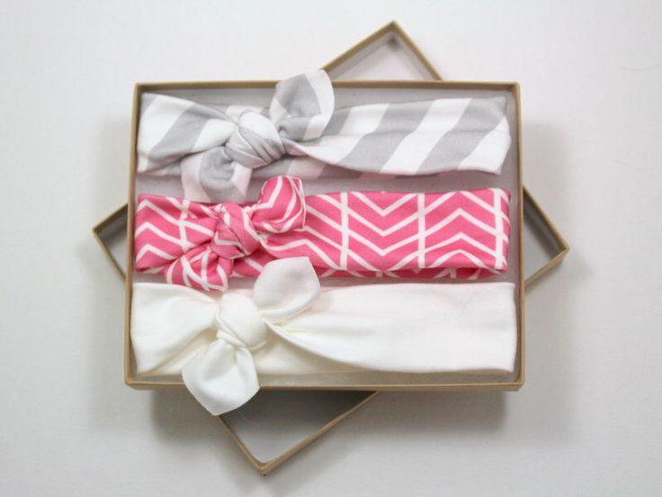 Chevron coton bio noués bandeau / bandeau pour bébé / bambin bandeau / Chevron tricot Jersey Peach rose bandeau gris / jeu de 3 par LittleHighbury sur Etsy https://www.etsy.com/fr/listing/194509502/chevron-coton-bio-noues-bandeau-bandeau