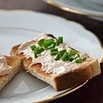 Pasta z łososia wędzonego, majonez papryczka chilli z zalewy, szczypiorek do posypania
